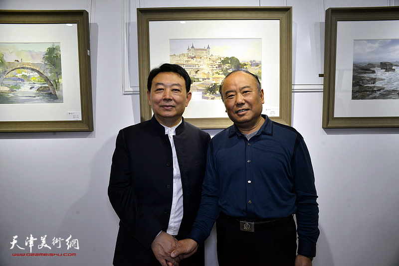 华绍栋与张纪正在水彩画小展现场。