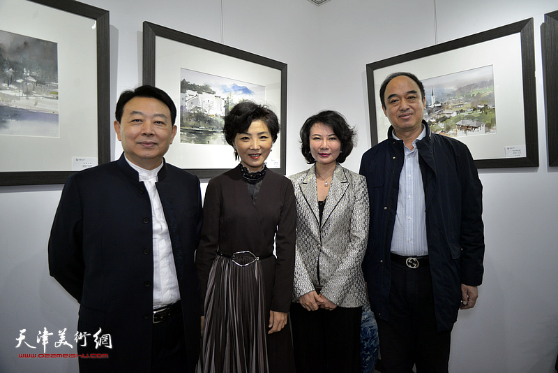 华绍栋、董芮睿与王玫、刘学宁在水彩画小展现场。
