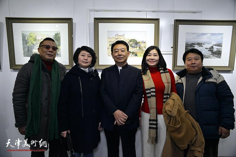 华绍栋与韩永盛等嘉宾在水彩画小展现场。