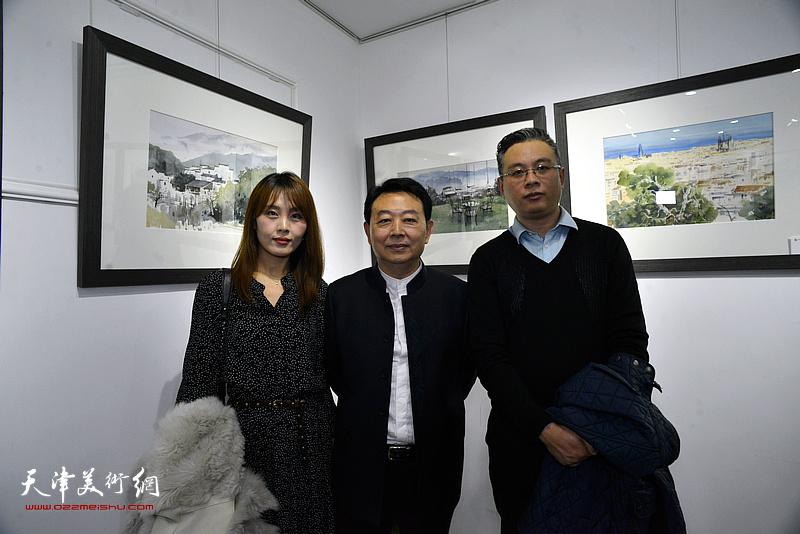 华绍栋与嘉宾在水彩画小展现场。