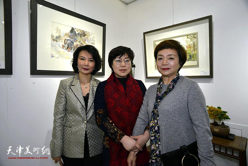 董芮睿与王玫、孟小莉在水彩画小展现场。