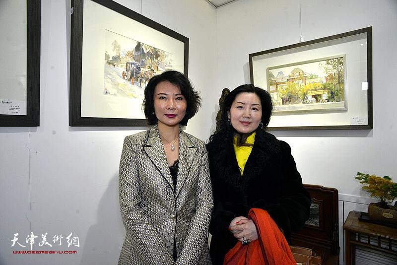 董芮睿与王玫在水彩画小展现场。