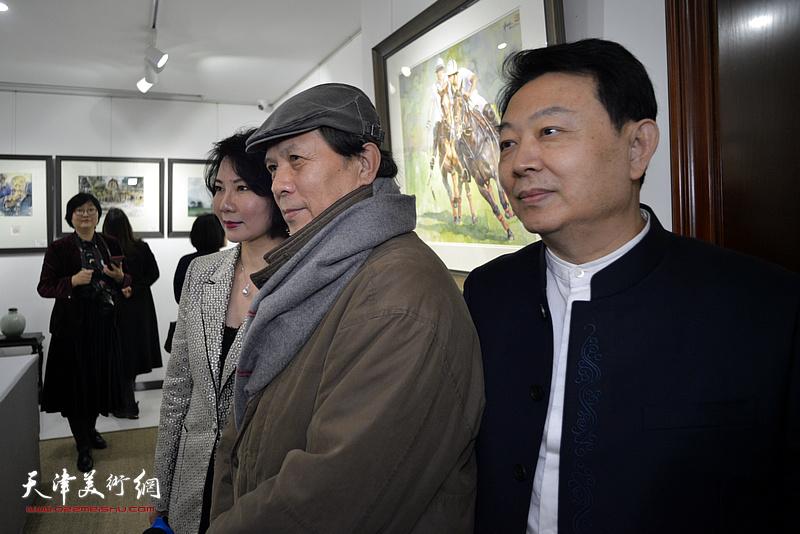 华绍栋、董芮睿与赵瑞生在水彩画小展现场。