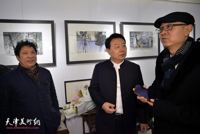 华绍栋与马驰、孙国胜在水彩画小展现场。