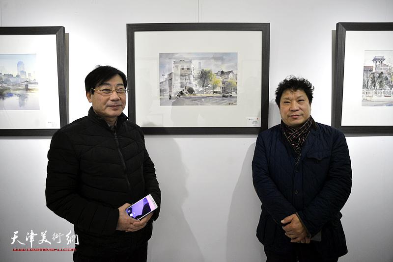 孙国胜、袁增万在华邵栋水彩作品《华世奎故居》前。