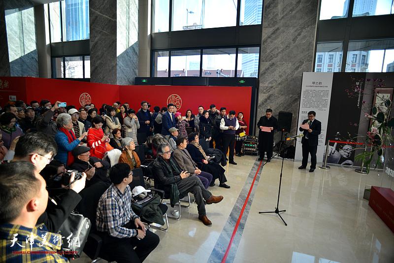 """""""琴之韵—2020贺新年高建章油画艺术展""""1月4日在中国人寿金融中心大厦展出。"""