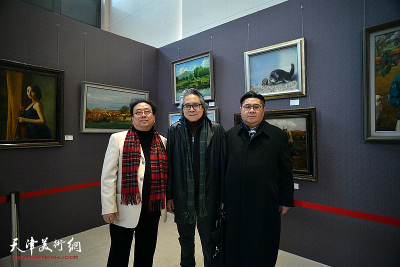 高建章与李军、杨勐在油画艺术展现场。