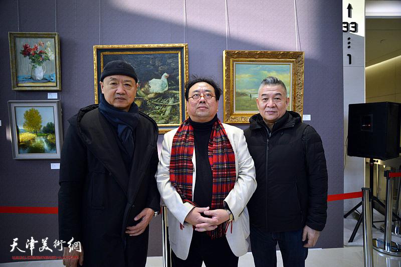 高建章与李旺、古今才在油画艺术展现场。