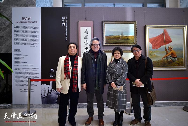 高建章与李军、主云龙、齐玉华在油画艺术展现场。