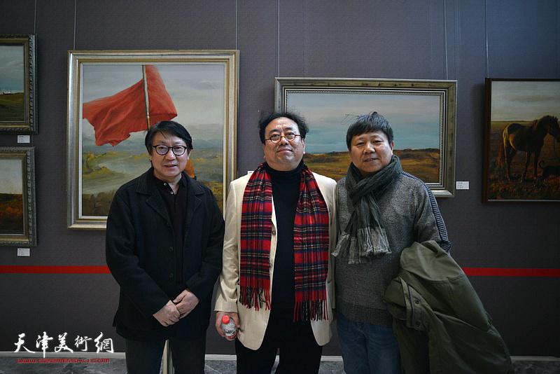高建章与李维立、主云龙在油画艺术展现场。