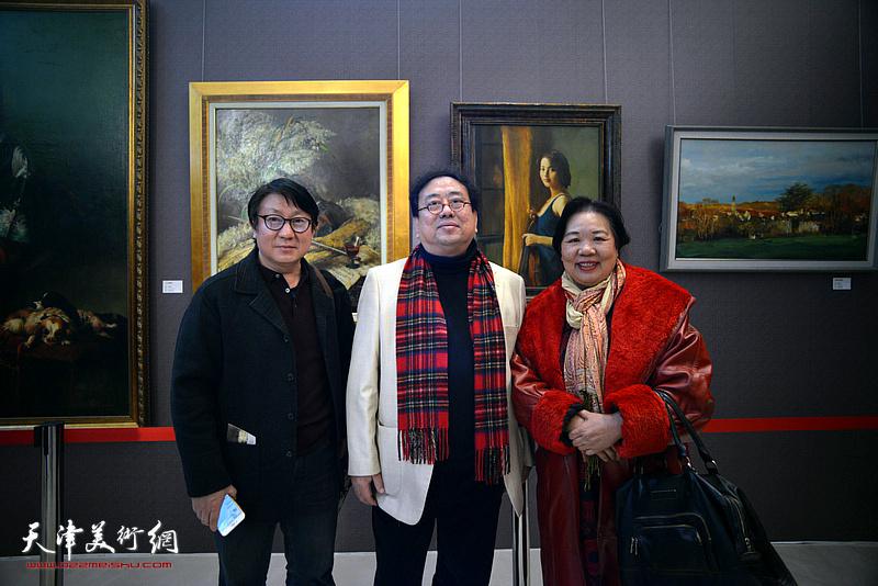 高建章与主云龙、罗海莹在油画艺术展现场。