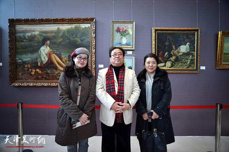 高建章与陆路平、齐征在油画艺术展现场。