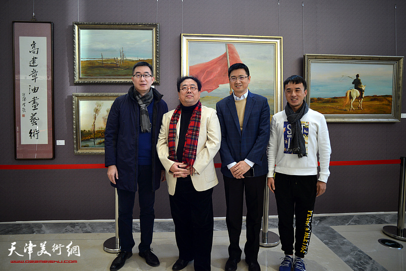 高建章与陈列伟在油画艺术展现场。