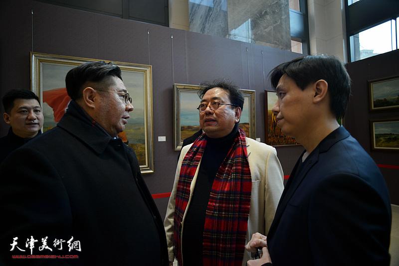 高建章与杨勐、马春霄在油画艺术展现场。