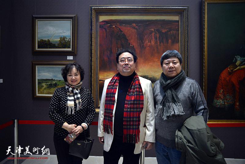 高建章与李维立、康乐在油画艺术展现场。