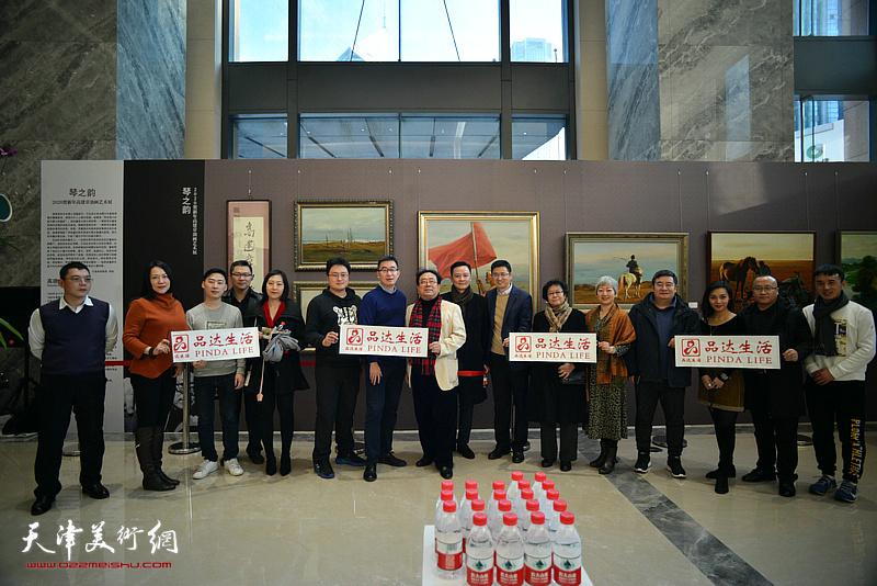 高建章与陈列伟等品达生活团队在油画艺术展现场。