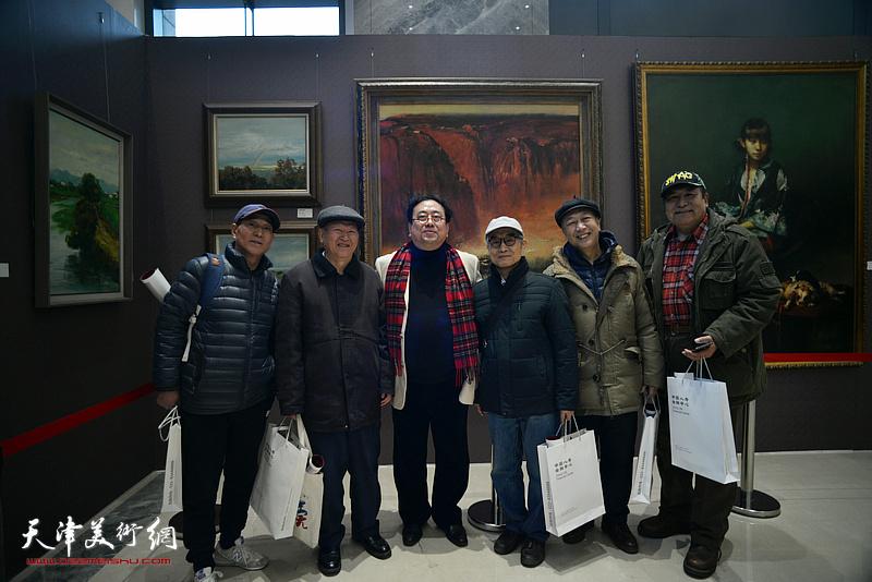 高建章与喜欢油画艺术的观众在油画艺术展现场。