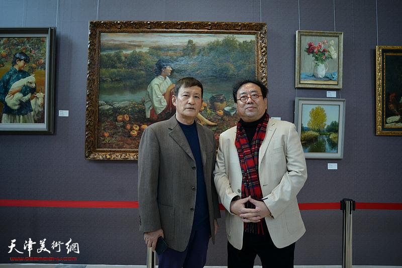 高建章与王志民在油画艺术展现场。