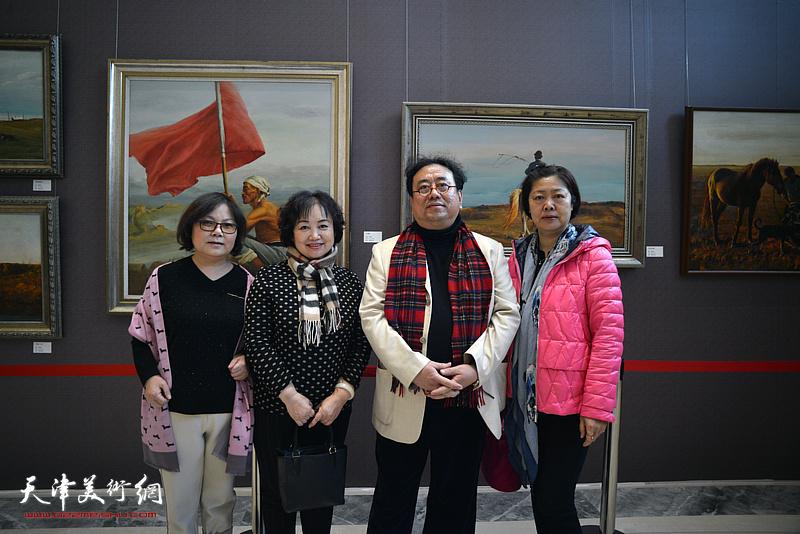 高建章与康乐、张素洁、郭江峰在油画艺术展现场。