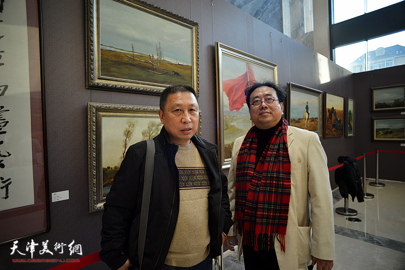 高建章与李劲松在油画艺术展现场。