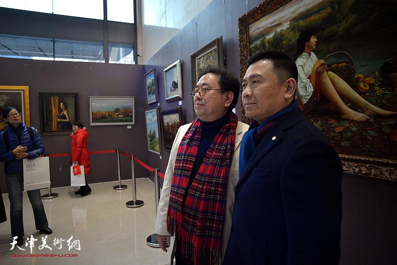 高建章与吕达在油画艺术展现场。