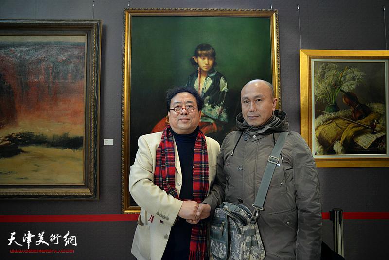 高建章与李剑果在油画艺术展现场。
