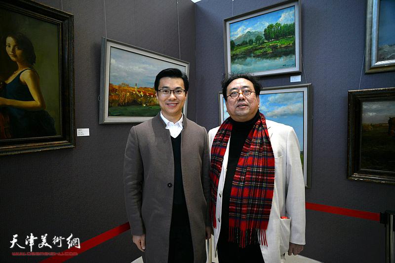 高建章与王鑫在油画艺术展现场。