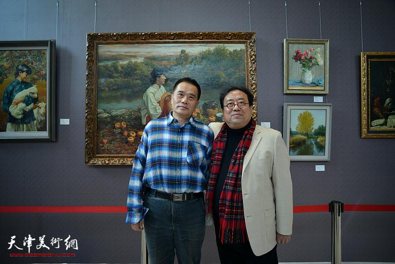 高建章与蔡树青在油画艺术展现场。