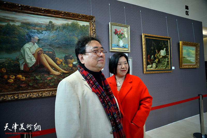 高建章与嘉宾在油画艺术展现场。