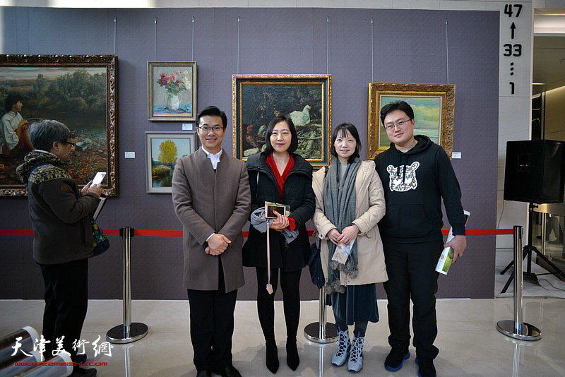石增琇与观众在油画艺术展现场。