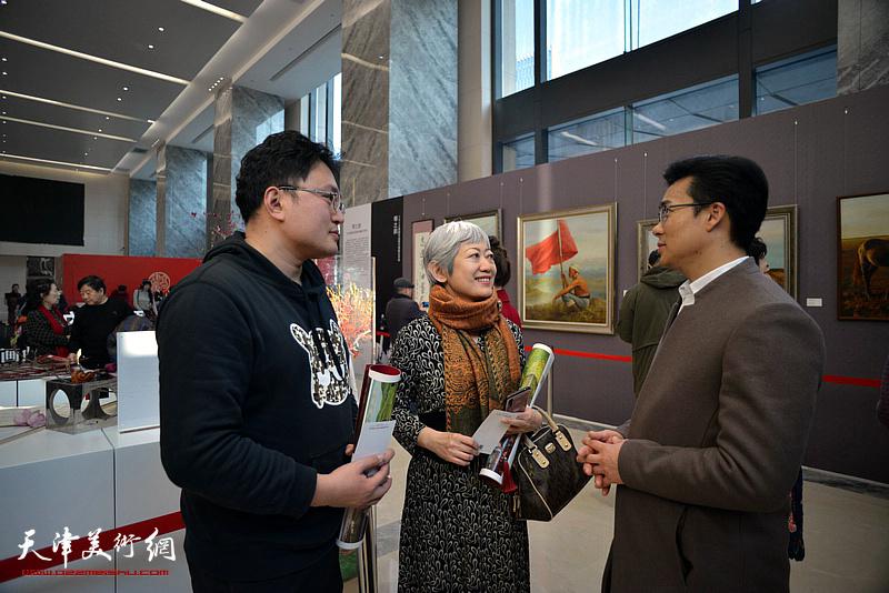 李鑫与观众在油画艺术展现场交流。