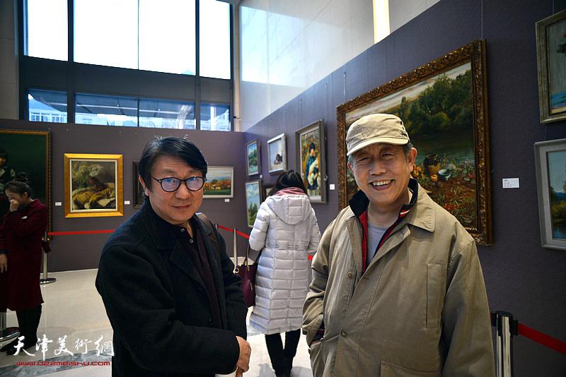 段守虹、主云龙在油画艺术展现场。