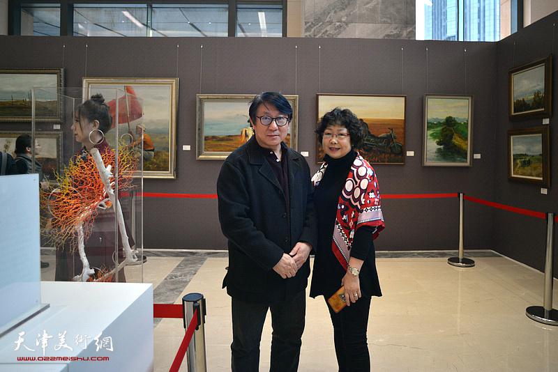 主云龙、齐玉华在油画艺术展现场。