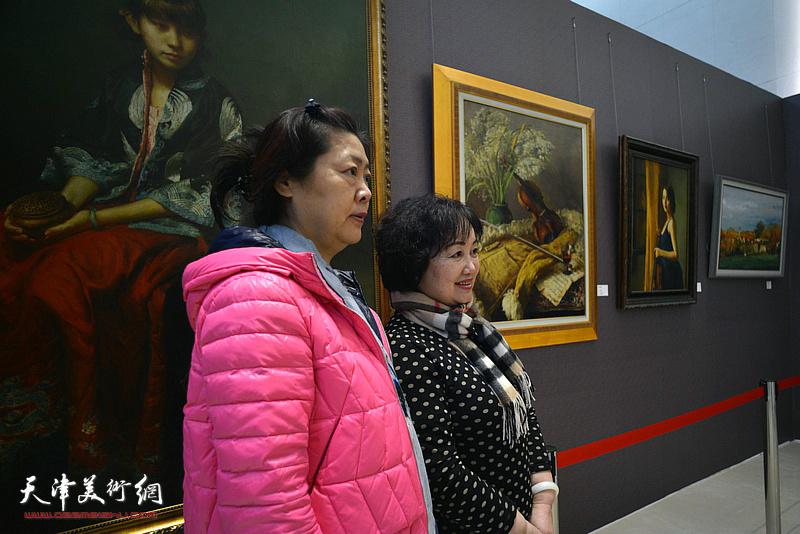 康乐、张素洁在油画艺术展现场。