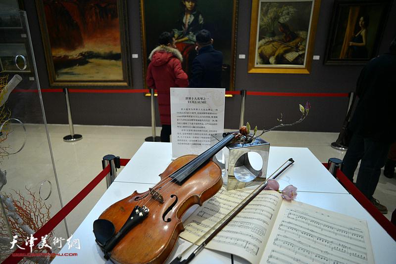 油画艺术展现场展示一把世界十大名品牌之一的VUILLAUME小提琴。