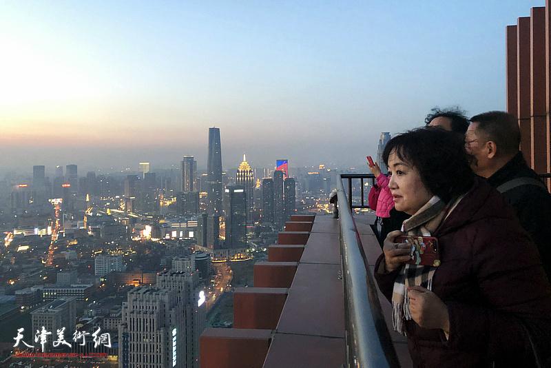 观众登临金融一条街上具有地标性建筑的中国人寿金融中心大厦56层楼