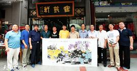 王惠民、彭英科、李根友在鹤艺轩创作大幅花鸟画作《素艳含芳》