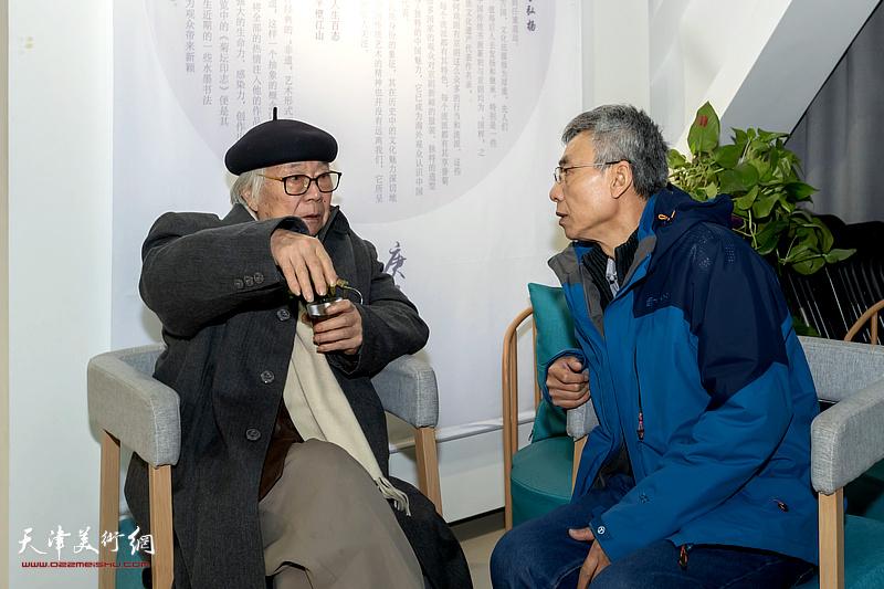 杨维与恩师华非在展览现场。
