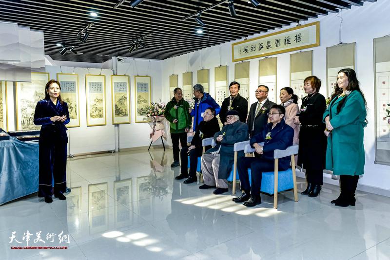 """中冶·和悦艺术馆馆长刘雅晶主持""""杨维书画篆刻作品展""""开幕仪式。"""