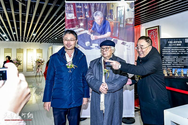 华非、李治邦、刘国宁观赏展出的作品。
