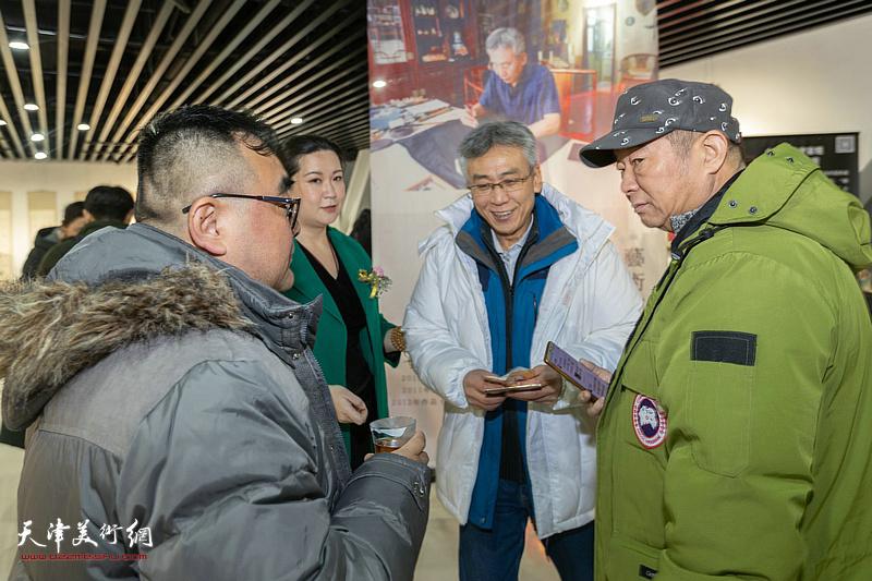 杨维与孙越、孙可瑜等嘉宾在展览现场交流。
