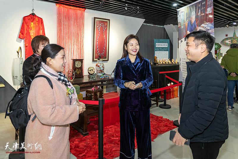 刘静华、李澜、刘雅晶等嘉宾在展览现场交流。