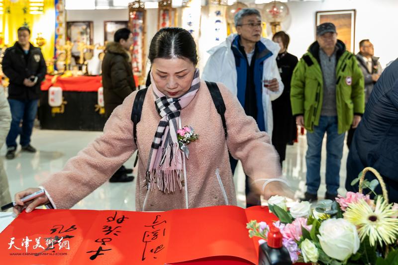 刘静华在展览现场。