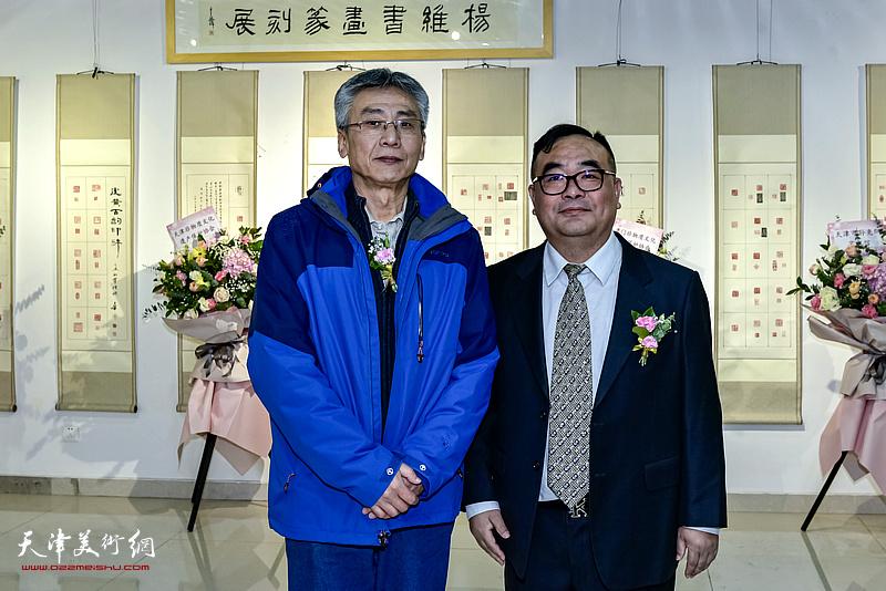 杨维、董建在展览现场。