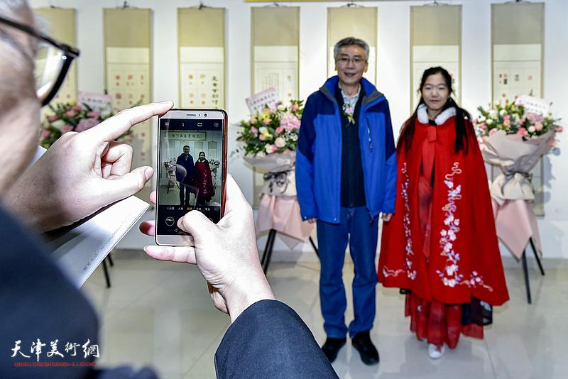 杨维与少年美术爱好者在展览现场。