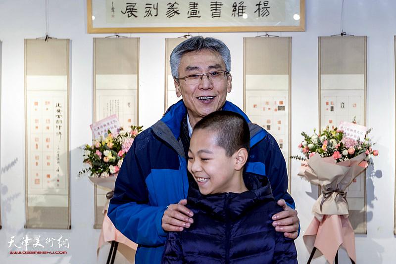 杨维与青少年美术爱好者在展览现场。