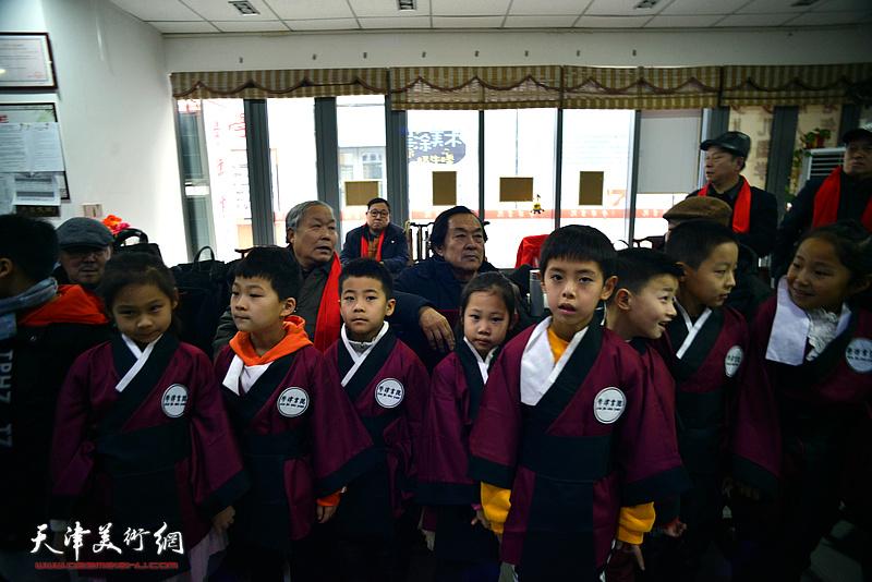唐云来等出席揭牌仪式的书画家与学津书院的学员们在一起。