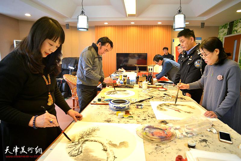 民革天津画院、南开区文联组织书画家到交管南开支队南马路大队慰问一线交警。