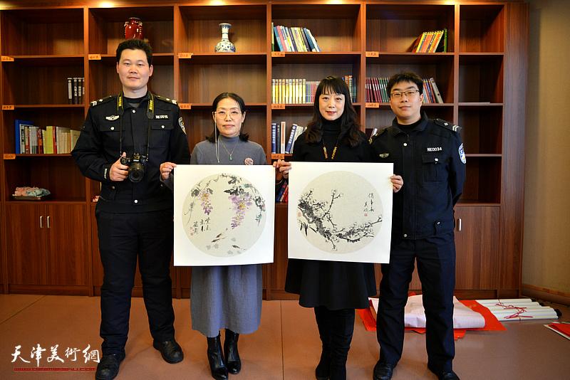 赵筱兰、乔美娟与交警在活动现场。