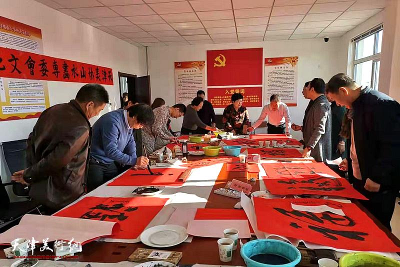 天津市美协山水画专委会赴独流镇开展书福送福文化下乡活动现场。